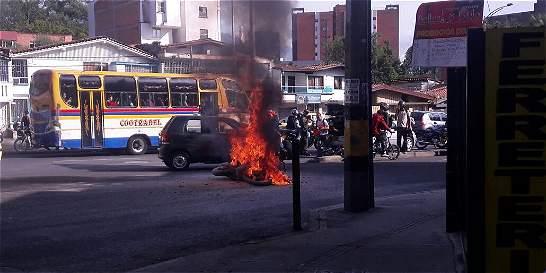 Moto se incendió tras accidente de tránsito en Medellín
