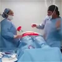 La historia tras el video del médico que bailó durante una cirugía