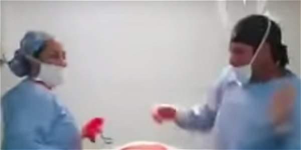 Médico se graba bailando en plena cirugía