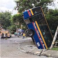 Bus cayó a una canalización, tras accidente de tránsito en Medellín