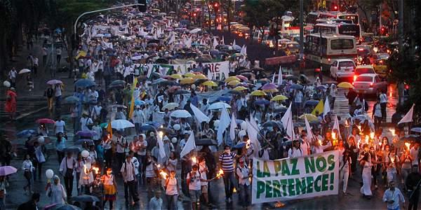 Sobre las 7:00 de la noche finalizó este viernes la marcha en defensa de la paz organizada por jóvenes universitarios en Medellín.