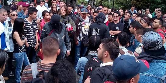 En medio de disturbios, estudiante invita a encapuchados a un diálogo