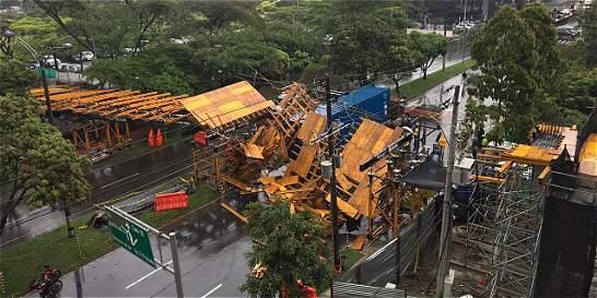 Una tractomula causó la caída de puente peatonal en Medellín