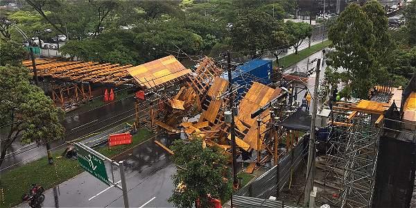 Tractomula tumba puente peatonal en Medellín