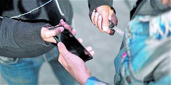 Así se mueve el negocio de celulares robados en Medellín