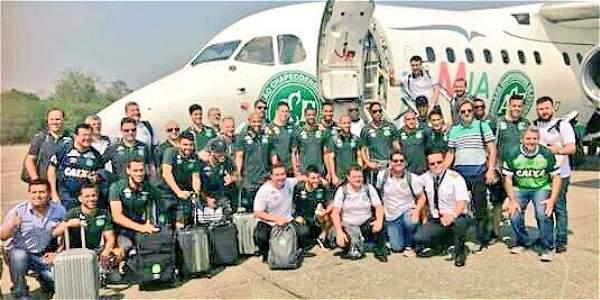 Foto del equipo brasilero Chapecoense antes de abordar el avión que lo traería a Colombia.