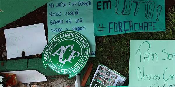 Hinchas del club Chapecoense llevan ofrendas al estadio Arena Condá de la ciudad.