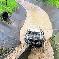 Aguaceros llevan agua a las vías y carros a los ríos