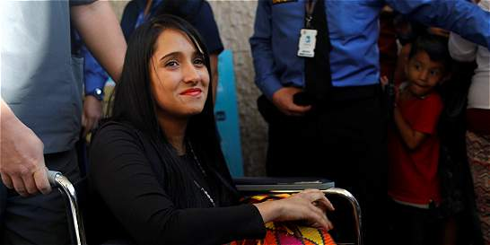 El saludo de la azafata de avión LaMia antes de volver a Bolivia