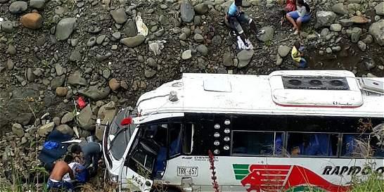 Accidente de bus en vía Medellín - Quibdó dejó una persona muerta