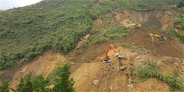 La maquinaria trabaja desde la parte alta de la montaña