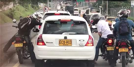 En Medellín buscan a motociclistas captados en video realizando atraco