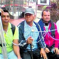 Víctimas del conflicto, encadenadas en Medellín para exigir reparación
