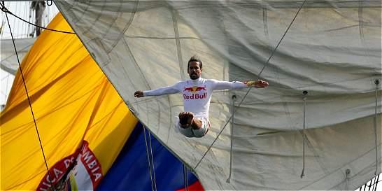 Orlando Duque, ovacionado en su salto desde el buque Gloria