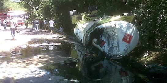 Emergencia en Santander por volcamiento de carrotanque con crudo