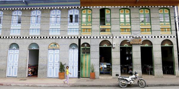 Las coloridas casonas conservan la arquitectura típica de los pueblos del Eje Cafetero. Los habitantes prefieren las bicicletas y las caminatas para movilizarse.
