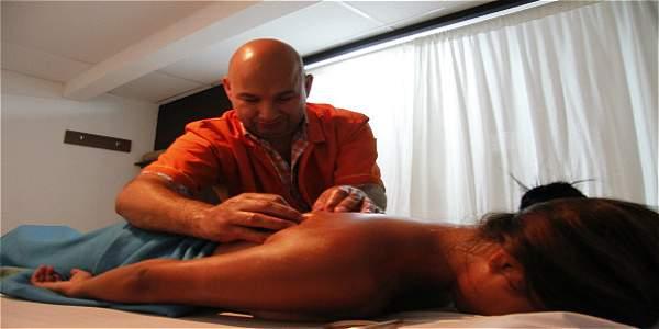 cerca masaje desnudo