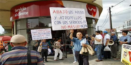 Usuarios en Manizales exigen a Une que no suspenda sus líneas fijas