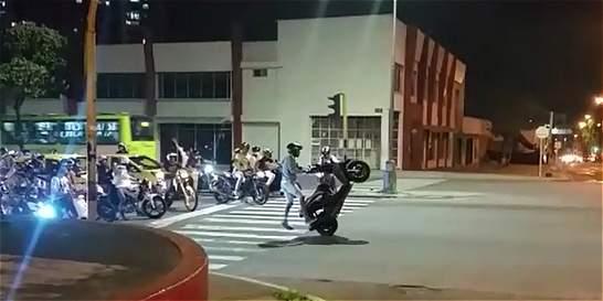 Denuncian en video a motociclistas haciendo 'piques' y acrobacias