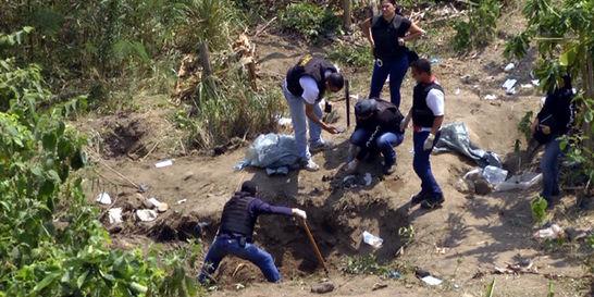 Colombianos buscan familiares entre fosas halladas en Venezuela