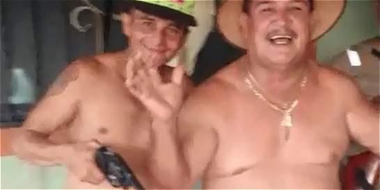 'Todo el mundo rumbea', dice el concejal del video con armas y licor