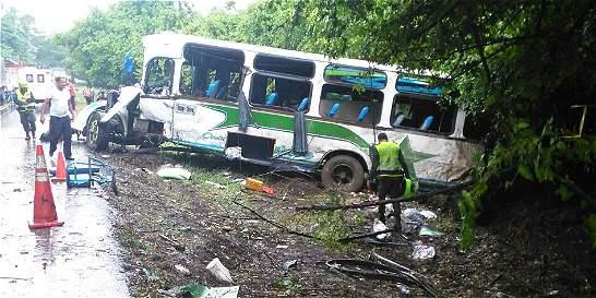 Cinco muertos en choque de bus y carrotanque en vía del Magdalena