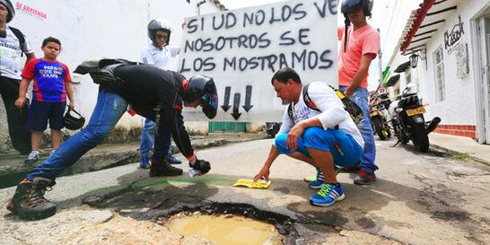 En Bucaramanga pintan los huecos para advertir el riesgo