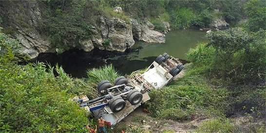 Emergencia en Ocaña por volcamiento de carrotanque con crudo