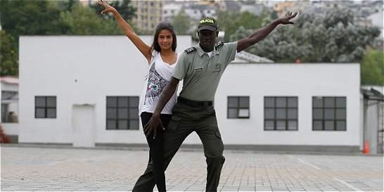 El policía que le llega a la gente con la salsa