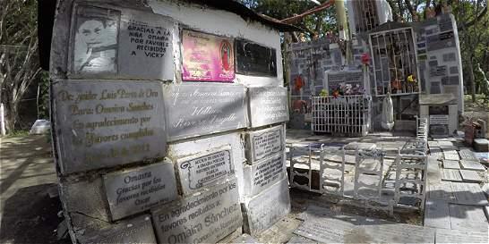 Sobrevivientes de Armero recorren las tumbas que dejó la tragedia