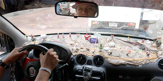 El pereirano que cada año sube el pesebre a su taxi