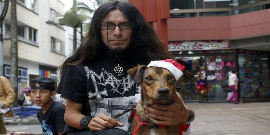 El 'metalero' que vende vestidos para perros en Pereira