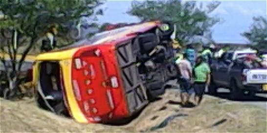 46 heridos por volcamiento de un bus en Tolima