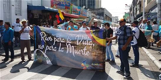 Pescadores protestan contra reapertura de El Quimbo