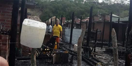 Incendio destruye 9 casas de programa nacional de viviendas gratis