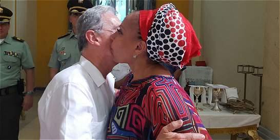 De besos, Álvaro Uribe y Piedad Córdoba se saludan en Riohacha