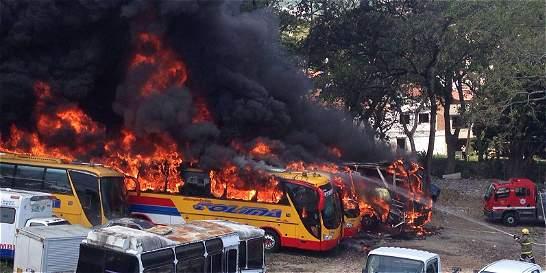 Cinco buses resultaron quemados por incendio en Ibagué