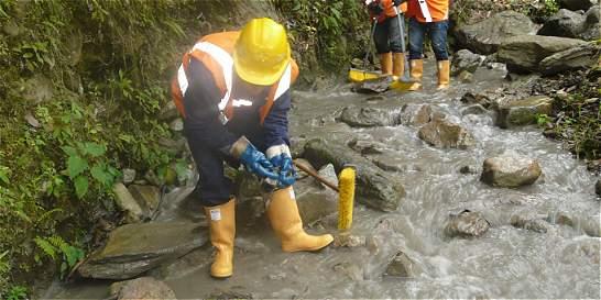 Continúan trabajos de limpieza en la quebrada La Gata, en Calarcá