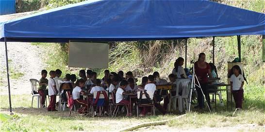 33 niños reciben clases bajo carpas plásticas