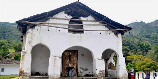 Indígenas nasas reconstruyen iglesia destruida en conflicto de tierras