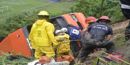 Derrumbe arrastró una buseta hacia un abismo en Pereira