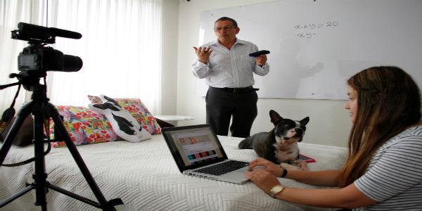Bernardo Acevedo graba los videos con la ayuda de sus hijas.