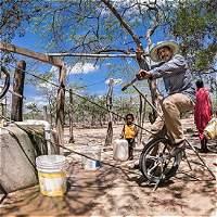 A pedalazos, comunidades wayús reactivaron pozos de agua