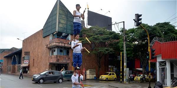 Malabaristas en semáforo de Pereira