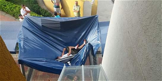 Un parasol salvó a un hombre de la muerte tras caer de piso 11
