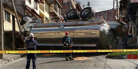 Camión cisterna se volcó en barrio residencial de Manizales