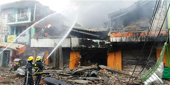 Continúan labores para controlar incendio en mercado de Santa Marta