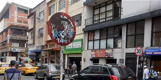 Señales de tránsito son el lienzo para los vándalos en Pereira