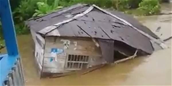 El impactante momento en que un río arrastra una casa en Chocó