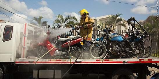 Grúa con motos inmovilizadas fue atacada con bomba incendiaria